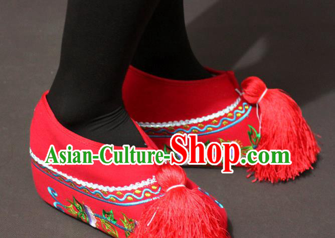 Traditional China Beijing Opera Actress Red Embroidered Shoes, Chinese Peking Opera Diva Blood Stained Shoes