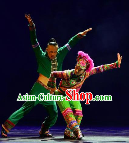 Chinese Dynamic Yunnan Ethnic Stage Performance Dance Costumes for Women for Men